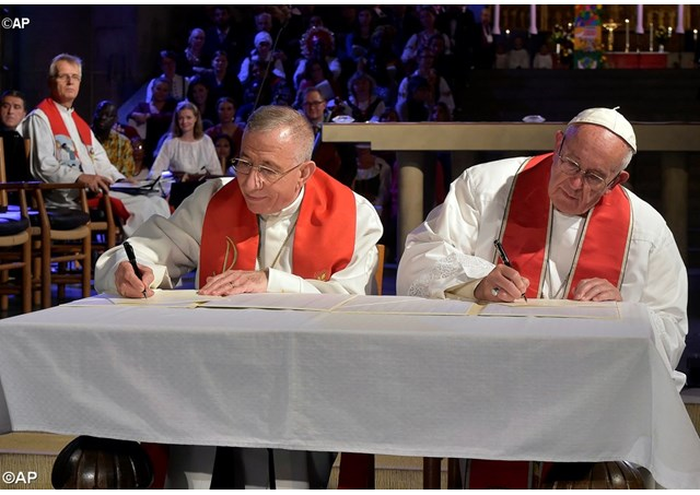 Presedintele Federatiei luternae mondiale, episcopul Munib Younan semneaza acord de reconciliere cu Papa Francisc